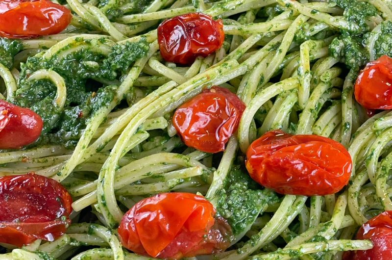 Spaghetti al pesto di spinaci e pomodorini confit